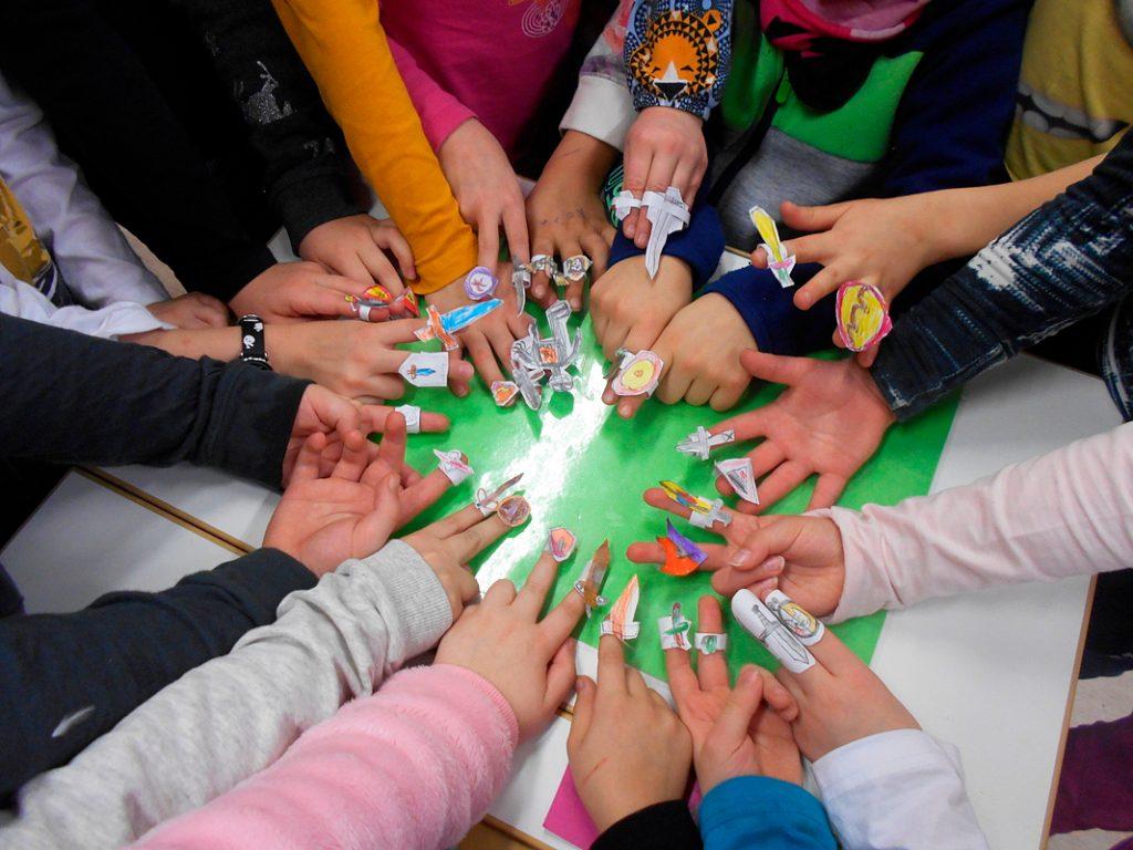 Vihreä lippu -kerhon sormikuvion asrkartelu ja leikki